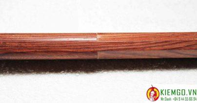 bokken-go-cam-lai được chế tác từ gỗ cẩm lai việt nam chất lượng được tuyển lựa kĩ, gỗ hoàn hảo không lỗi nhỏ, được chế tác bởi nghệ nhân có tay nghề cao 15 năm kinh nghiệm, sản phẩm mộc kiếm ra đời là một tuyệt tác tinh tế và sắc xảo, gỗ mộc được đánh bóng tự nhiên đạt độ bóng gương và không sơn
