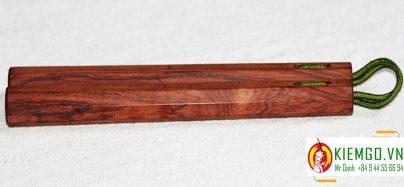 con-nhi-khuc-cam-chi côn nhị khúc gỗ cẩm chỉ là loại côn gỗ quý chất lượng của shop kiemgo.vn, vân gỗ và màu sắc gỗ đặc sắc, gia công chuẩn sắc nét tinh tế, kết hợp bởi dây dù xịn bền chắc dẻo dai