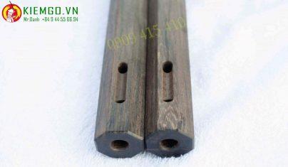 con-nhi-khuc-go-cam-lai-den là một loại côn gỗ quý, cẩm lai đen giá trị bậc nhất trong các dòng cẩm lai, côn được chế tác tinh tế và đều cạnh, cạnh sắc nét