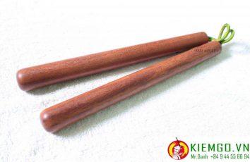 CÔN NHỊ KHÚC GỖ CẨM LAI là một trong những dòng côn gỗ chất lượng trong các loại côn gỗ trên thế giới. Gỗ có độ bền cao và vân gỗ đẹp. Phôi gỗ làm côn nhị khúc được shop tuyển chọn từ các khúc gỗ có sớ dọc, không bị lỗi gỗ, hoa văn đẹp và bắt thành cặp rất chất lượng.