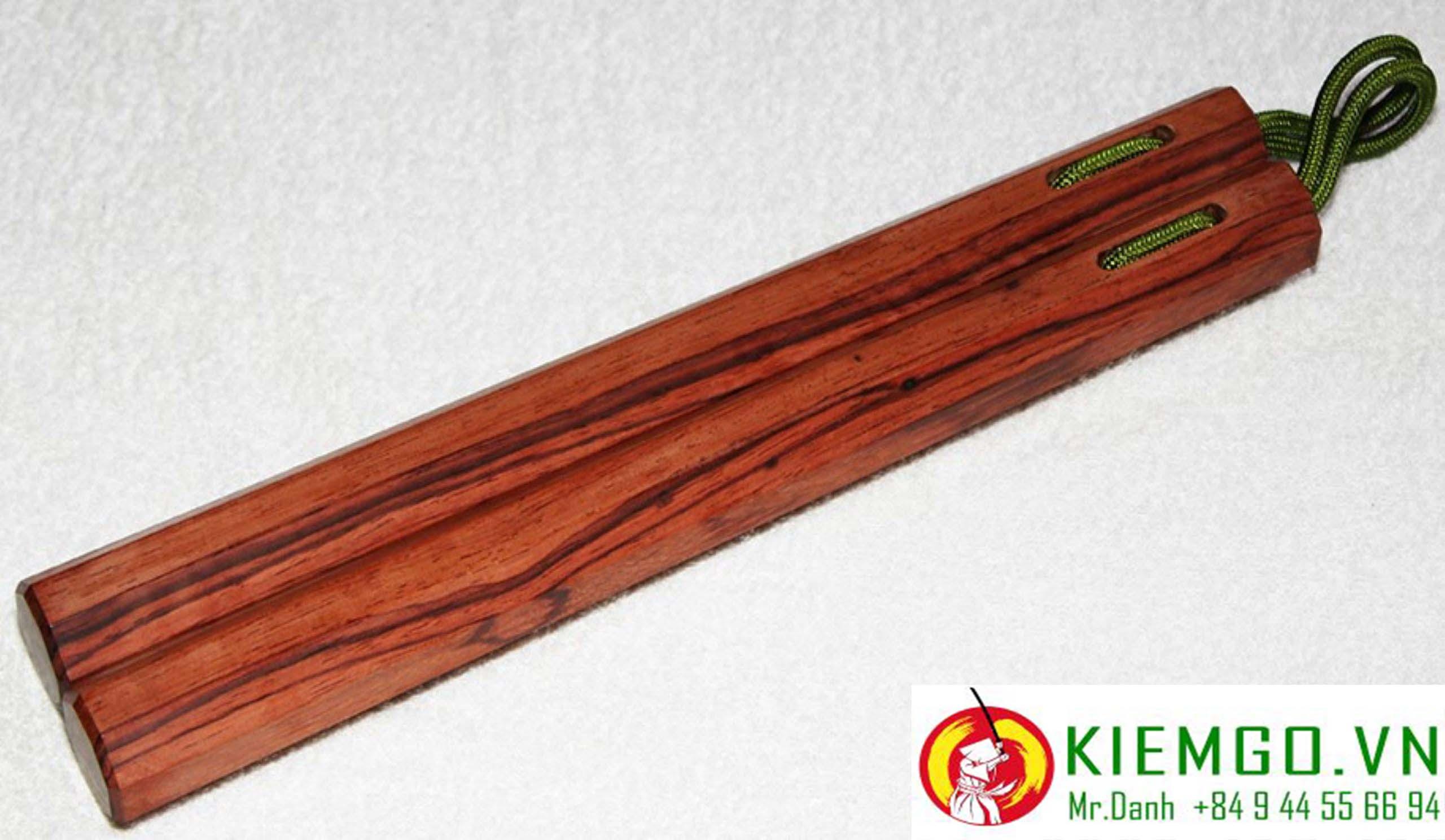 con-nhi-khuc-go-cam-loan là dòng côn gỗ quý, côn gỗ rất dẻo dai và chắc chắn, chịu va đập tốt, vân gỗ đẹp, thớ gỗ thẳng, màu nâu đỏ đặc sắc, và mùi thơm của gỗ cẩm lai, gia công chuẩn đều các cạnh, dây dù chắc chắn