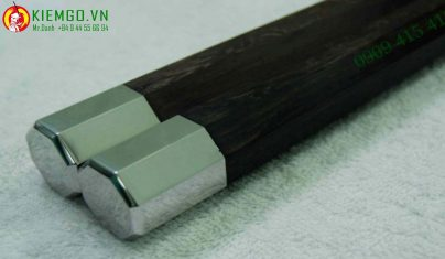 con-nhi-khuc-go-cam-sung-boc-inox-bat-giac là loại côn độc đáo bậc nhất thế giới, hiện trên thế giới mới chỉ có 20 bộ, gỗ cẩm sừng chất và xịn xò nhất được tuyển lựa từ hàng nghìn phôi gỗ cẩm sừng loại 1 khác, gia công chuẩn sắc nét, tinh tế, đồng đều và tinh tế