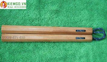 con-nhi-khuc-go-go-do-bat-giac-day-du là loại côn được làm từ gỗ Gõ Đỏ thuộc gỗ quý nhóm 2, mùi hương gỗ dễ chịu, thớ gỗ mịn, côn nhẹ phù hợp anh em mới chơi hoặc sưu tầm, gia công 8 cạnh sắc nét và chuân, dây dù linh hoạt và bền bĩ dẻo dai