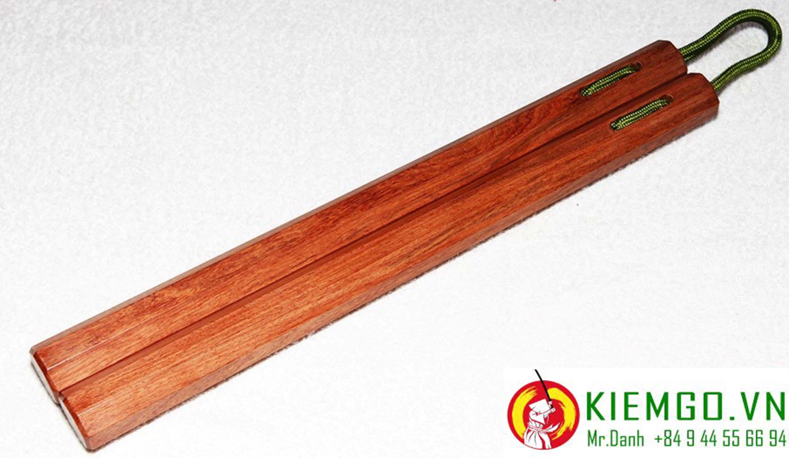 con-nhi-khuc-go-huong côn nhi khúc gỗ hương bát giác dây dù được chế tác từ gỗ hương Việt Nam, chất gỗ cứng vừa, dẽo dai, màu sắc gỗ khá đẹp mắt, vân gỗ nổi bật, côn được gia công chuẩn, kết nối dây dù dẻo dai bền chắc, linh hoạt