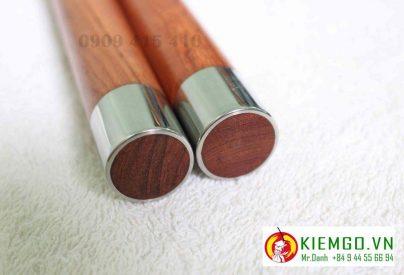 Côn nhị khúc gỗ hương bịt inox là một sản phẩm cực kì chất lượng, phôi gỗ loại 1 hoàn hảo, gia công cực chuẩn , đánh bóng gỗ mộc tự nhiên không sơn PU