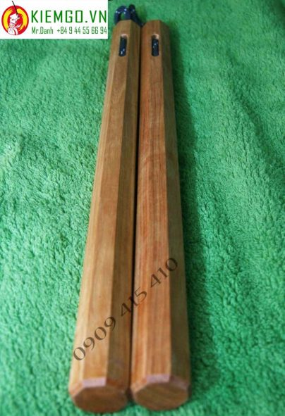 con-nhi-khuc-go-huong-thong-bat-giac-day-du là loại côn được làm từ gỗ Hương Thông, mùi hương gỗ dễ chịu, thớ gỗ mịn, côn nhẹ phù hợp anh em mới chơi hoặc sưu tầm, gia công 8 cạnh sắc nét và chuân, dây dù linh hoạt và bền bĩ dẻo dai