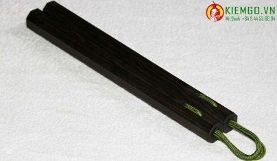 con-nhi-khuc-go-mun-soc là loại côn gỗ quý đặc biệt của shop kiemgo.vn, gỗ cực kỳ chất lượng, vân gỗ đặc sắc, gia công chuẩn sắc nét tinh tế, côn được xỏ dây dù chất lượng, dẻo dai bền chắc và linh hoạt