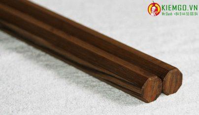 con-nhi-khuc-go-thuy-tung là loại côn gần như tuyệt chủng ở vn, gỗ có vân đẹp và lạ, thớ suôn, màu gỗ đặc trưng của gỗ thuỷ tùng, gia công chuẩn,chính xác và tinh tế, xỏ dây dù mềm mại dẽo dai, chắc chắn và linh hoạt